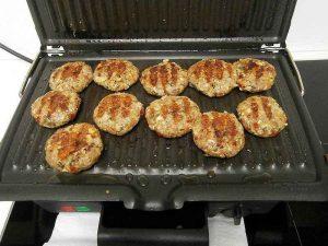 Naturel mix met toevoeging van een ei, ui en geraspte kaas heerlijke Noets kaas-ui schijven gebakken op de grill.